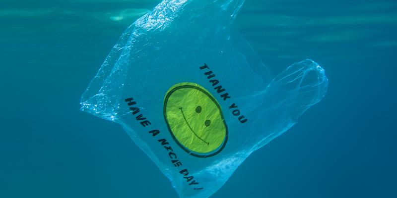plastpåse i vatten med smiley face på