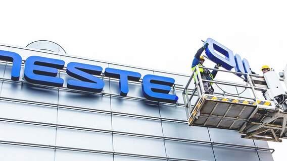 2015 ändrades företagets namn Neste Oil tillbaka till det ursprungliga namnet Neste, för att återspegla företagets förändring av strategin mot förnybara råmaterial.