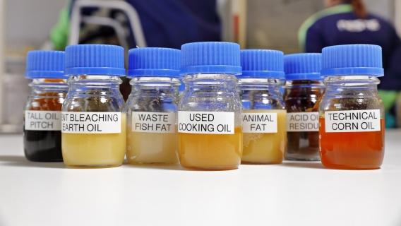 Neste MY Sustainable Aviation Fuel™ tillverkas för tillfället av råmaterial från 100 procent förnybara avfalls- och restprodukter.