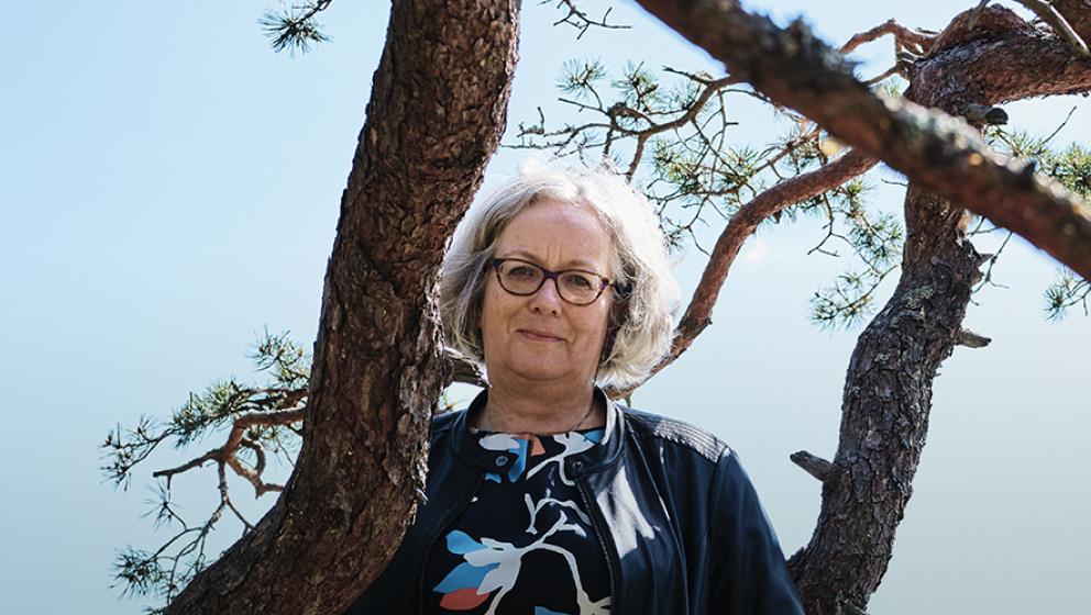 Kvinna bredvid ett träd