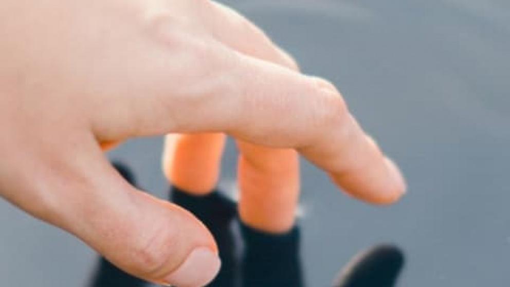 Hand som rör vid vatten