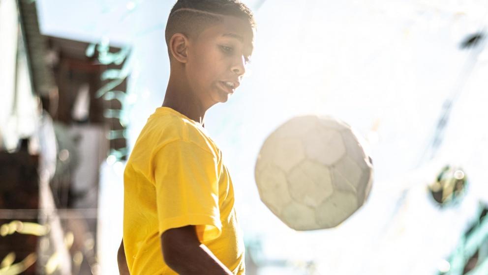 barn kastar en fotboll
