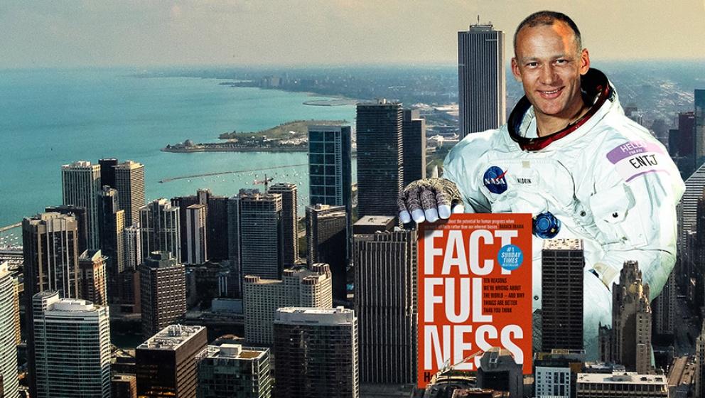 astronaut Aldrin sittandes mellan höghus hållandes en tidning factfullness